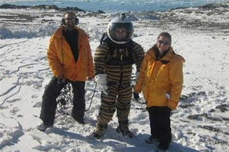 Los científicos Jon Rask, Pablo de León y Margarita Marinova posan en la base científica. | Efe