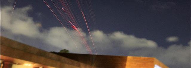 Imagen de los primeros disparos durante el ataque a Trípoli. | Reuters