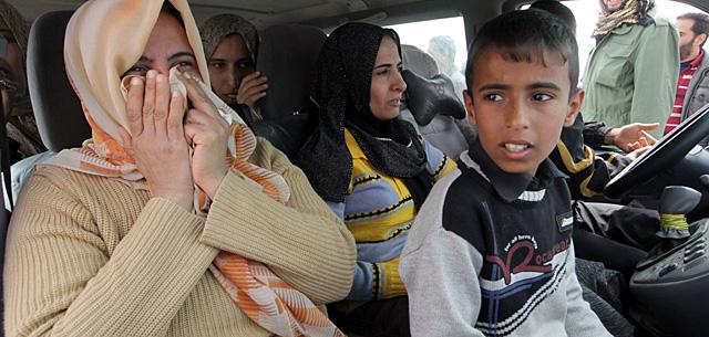 Una familia libia huye del conflicto por la carretera que une Ajdabiya y Bengasi. | Efe