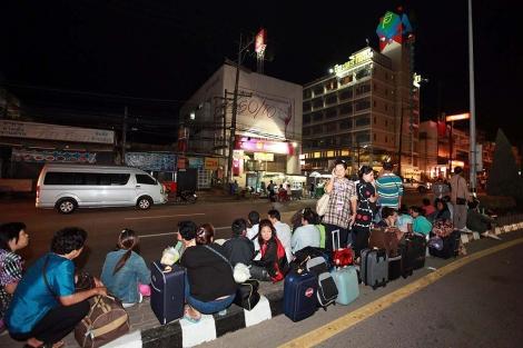 Turistas tailandeses evacuados de un hotel tras el seísmo. | Efe