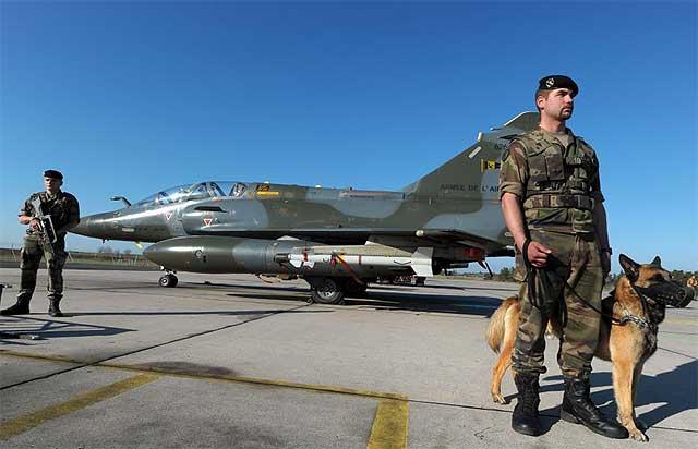 Soldados franceses en la base de Nancy-Ochey ante aviones de la operación.| afp