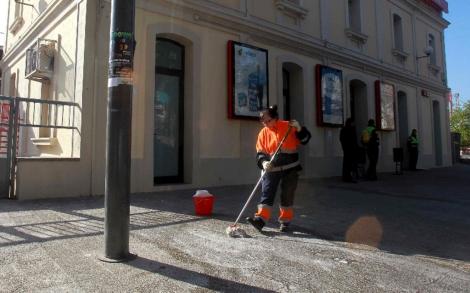 Una trabajadora de la limpieza acaba con los restos de sangre.| Efe