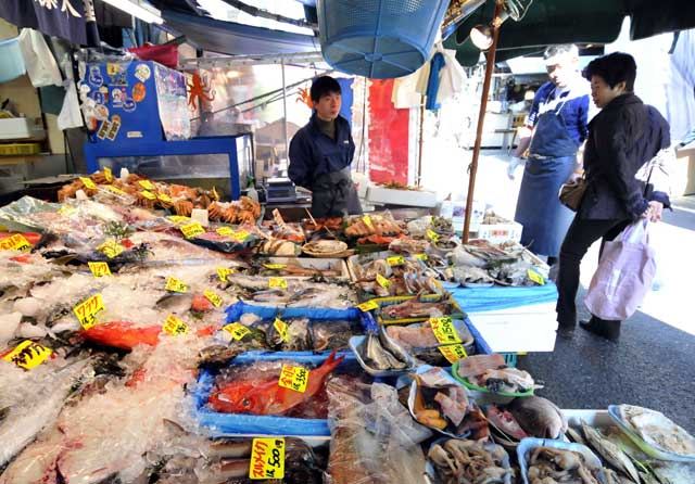 Un puesto callejero muestra el pescado en un mercado de Tokio. | AFP