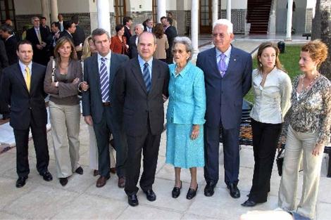 Chaves con su familia en su toma de posesion de la Junta en 2004.| Fernando Ruso
