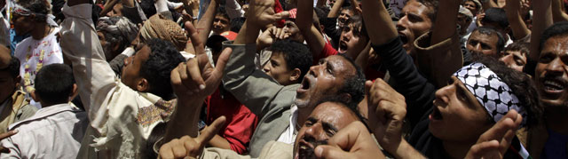 Un grupo de manifestantes piden el cese de poder del presidente Saleh, en Saná. | Reuters