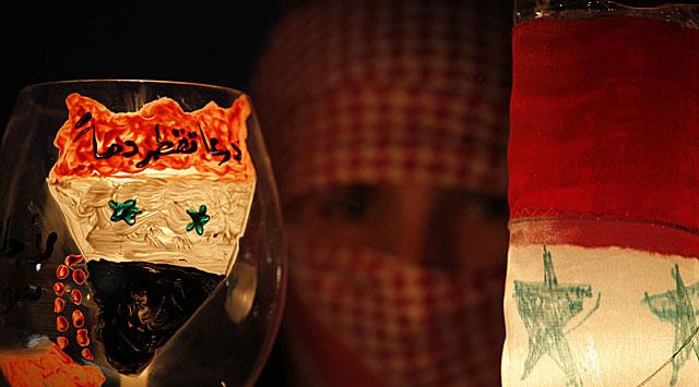 Una joven siria protesta frente a la Embajada de su país en Amán. | AFP