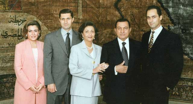 Mubarak con su mujer y sus dos hijos: Alaa (izda.) y Gamal (a su derecha). | Afp