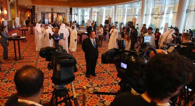 Mahmud Shamam, portavoz de los rebeldes libios, atiende a la prensa concentrada en la reunión de Doha. | Afp