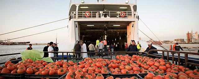 Un ferry fletado por la Organización Internacional de Migración viajaba este jueves de Bengasi a Misrata para evacuar inmigrantes. | AFP
