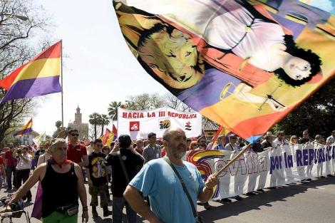 Banderas tricolores ondean por las calles de Sevilla a favor de la República