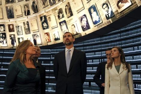 El príncipe Felipe y su esposa, Letizia, durante su visita al Museo Yad Vashem, en Jerusalén.   Efe