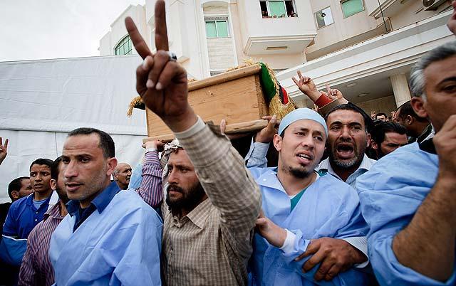 Médicos y familiares portan el ataúd de una víctima de los ataques. | AP