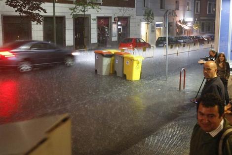 Una calle de Madrid, durante una fuerte tormenta. | Efe