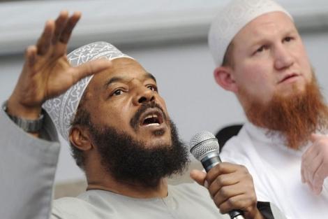 El predicador musulmán radical Abu Ameena BilalPhilips (izq) . | Arne Dedert (Efe)