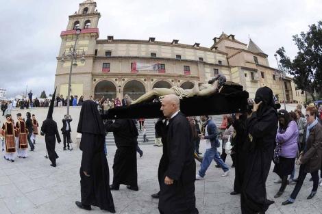 El Cristo de Monte Calvario durante su traslado al santuario de la Victoria. | N. Alcalá