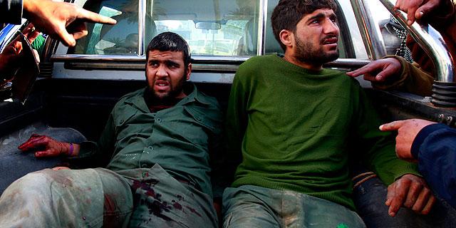 Rebeldes heridos en MIsrata son conducidos al hospital.| Reuters