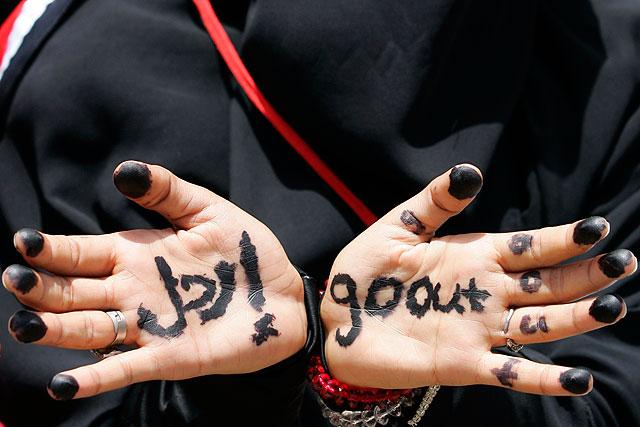 Una manifestante de Taiz con inscripciones pidiendo la marcha de Saleh. | Reuters