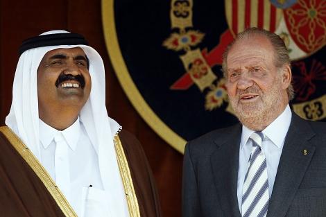 El Rey, con el emir de Qatar. | Susana Vera / Reuters