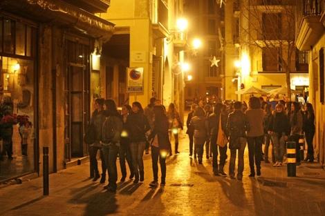 Los pinchos y cervezas 'low cost' atraen a la gente los martes al centro | J.A.