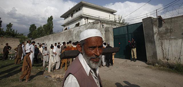 Un grupo de personas, ante la casa de Abbottabad donde se ocultaba Bin Laden. | Reuters