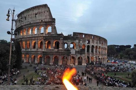 Imagen del Coliseo romano en Semana Santa.| Efe
