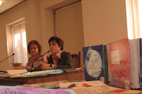 La concejala Evelia Fernández y la escritora Asunción Carracedo en la presentación.