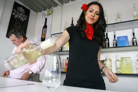 Una joven sirviendo una copa de vino en la nueva edición de la Cata cordobesa. | Madero Cubero