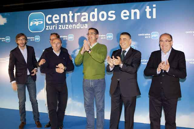 Antonio Basagoiti, en el centro de verde, aplaude con sus compañeros de partido en el acto del PP en Llodio. | Efe