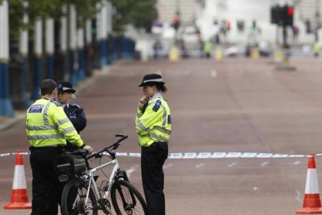Policías británicos acordonan la zona cercana al Palacio de Buckingham. | Reuters