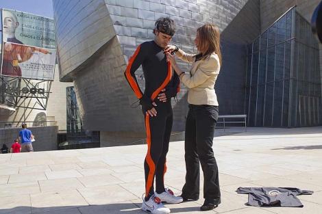 Un investigador del proyecto se coloca los sensores inteligentes del uniforme. | Iñaki Andrés