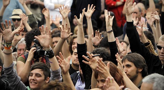 Los manifestantes votan durante la Asamblea de Sol. | Alberto di Lolli