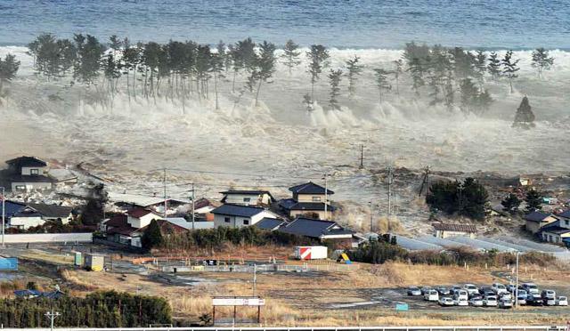 El tsunami toca tierra en la localidad de Natori. | Reuters