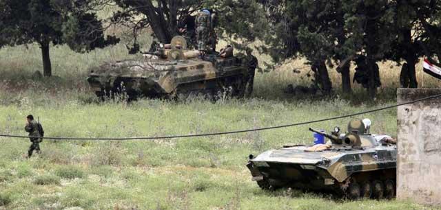 Tanques sirios, a las puertas de la localidad de Arida. | Reuters