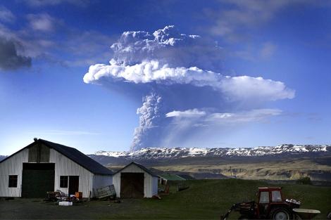 Columna de nube blanco formada por la erupción del volcán Grimsvötn. | Afp