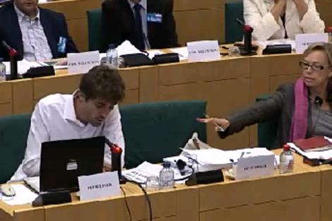 El 'indignado' intenta hablar. | Parlamento Europeo