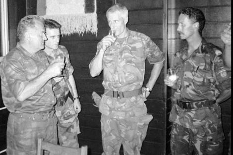 Ratko Mladic obliga a beber al coronel holandés Tom Karremans, en 1995. | AP