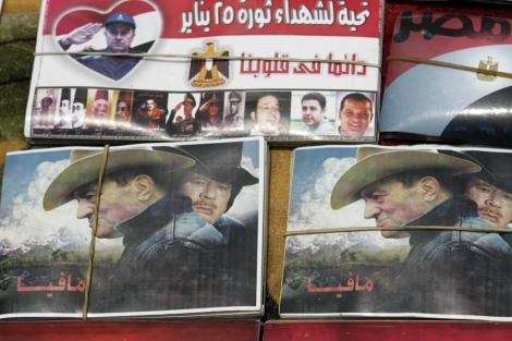 Posters que critican a Hosni Mubarak y Muamar Gadafi y la relación entre ambos. | Reuters