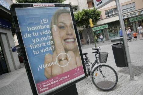 Imagen de la marquesina con el cartel publicitario en Palma. | J. Avellà