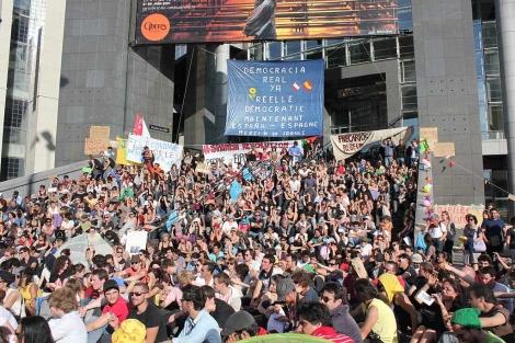 Los 'indignados' parisinos protestan junto al Teatro de la Ópera de la Bastilla. | Raquel Villaécija