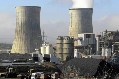 Almacenamiento de carbón en una central térmica. | César Sánchez.