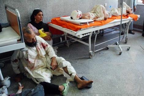 Varios heridos esperan para ser atentidos en un hospital de Herat. | M. Bernabé