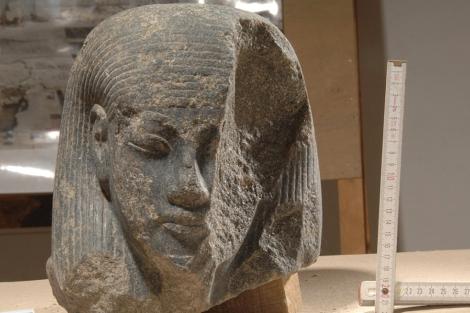 Cabeza de una deidad hallada en el gran atrio del templo funerario de Amenhotep III. | Ministerio de Antigüedades de Egipto