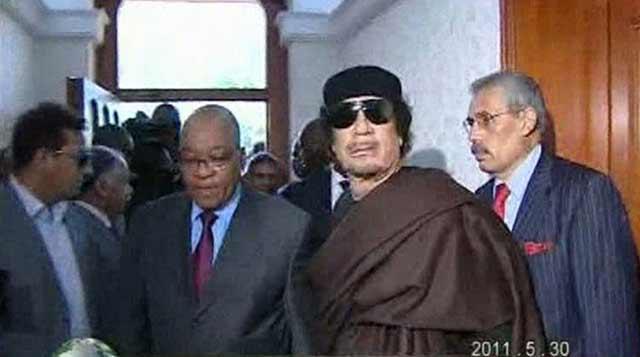 Zuma y Gadafi tras su reunión en Trípoli este lunes. | Reuters