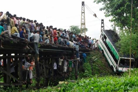 Los habitantes observan el lugar del accidente, en Assam. | Afp