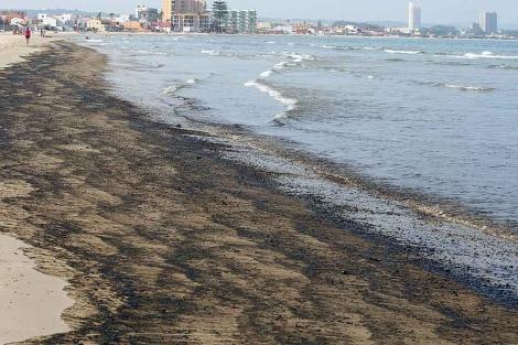Carbonilla y chapapote procedente del vertido de Gibraltar en una playa algecireña. | Francisco Ledesma
