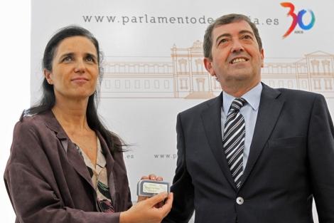 Benigno López entrega a Pilar Rojo una copia del informe. | Lavandeira