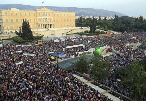 Decenas de miles de griegos protestan ante el Parlamento. | Efe