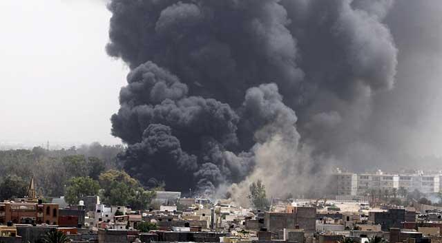 Una columna de humo en un barrio de Trípoli tras un bombardeo de la Alianza Atlántica. | Reuters