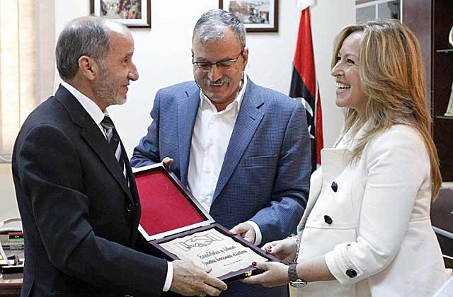 Jiménez, con el presidente del CNT y su intérprete. | Efe | Javier Lizón