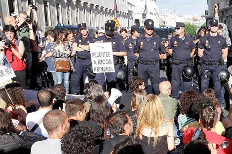 Protesta de ayer ante el Congreso.   Diego Sinova